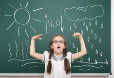 女孩图画在校务委员会的水循环 库存图片