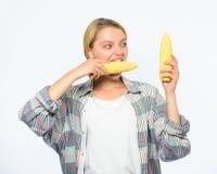 女孩土气样式举行成熟玉米 素食产品 未加工的食物的饮食概念 只或主要吃食物的女孩实践 库存图片