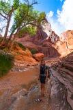 女孩土狼谷的埃斯卡兰蒂远足者背包徒步旅行者 图库摄影