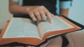 女孩圣经在她的手上祈祷与圣经 天主教神圣的圣经 孩子和宗教生活方式 影视素材