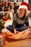 女孩圣诞节的包装礼物 免版税库存图片