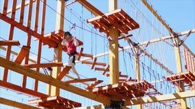女孩在一个垂悬的公园走,她巩固与保险和大胆地去 股票录像