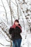 女孩在一个多雪的森林里 免版税图库摄影