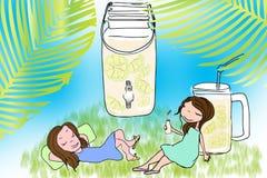 女孩在一个庭院里用柠檬水 图库摄影