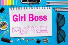 女孩在一个笔记本的上司笔记在书桌上在办公室 企业女孩概念 免版税库存照片