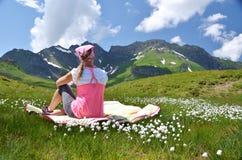 女孩在一个高山草甸 免版税库存照片
