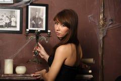 女孩在一个鬼的房子里 免版税库存图片