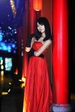 女孩在一件红色晚礼服穿戴了 库存图片