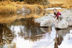 女孩在与一根钓鱼竿的秋天 免版税库存图片
