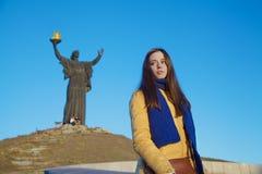 女孩在乌克兰全国颜色穿戴了反对蓝天 免版税库存照片