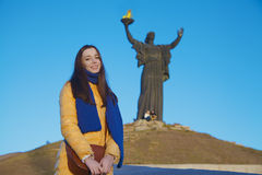 女孩在乌克兰全国颜色穿戴了反对蓝天 库存图片
