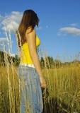 女孩在乡下 免版税库存图片