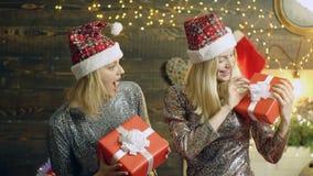 女孩在他们的有新年礼物的手箱子举行 礼品新年度 女孩拿着在圣诞节的新年的礼物 股票视频