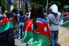 女孩在他的肩膀上把旗子放 有效地 阿塞拜疆旗子在巴库,阿塞拜疆 全国标志背景 红色青绿的旗子 A 免版税库存照片