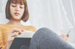 女孩在他读的屋子里 库存图片