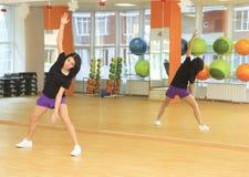 女孩在体育中心的做健身 库存图片