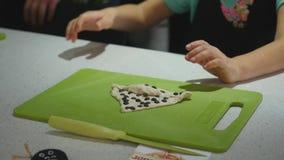 女孩在做面团曲奇饼的烹饪课期间的厨房里 股票录像