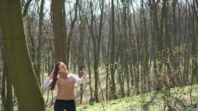女孩在公园做一selfie 4K 影视素材