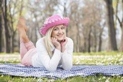 女孩在公园在春天 库存图片