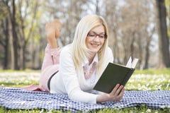 女孩在公园在春天 库存照片