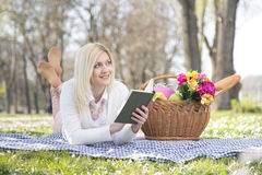 女孩在公园在春天 免版税库存照片