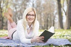 女孩在公园在春天 图库摄影