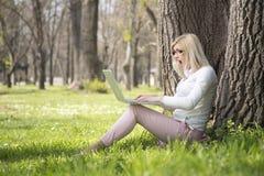 女孩在公园在春天 免版税库存图片