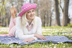 女孩在公园在春天 免版税图库摄影
