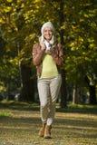 女孩在公园在秋天 免版税图库摄影