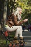 女孩在公园在秋天 图库摄影