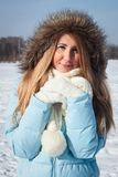 女孩在公园横渡了她的胳膊 这个冬天,一个冷淡的早晨 免版税图库摄影