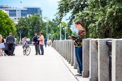 女孩在公园站立并且画 免版税图库摄影