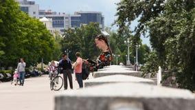 女孩在公园站立并且画 股票录像
