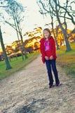 女孩在公园,秋天/秋天 库存图片