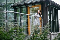女孩在公园/女孩步行的/Warsaw/ 免版税库存图片