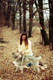 女孩在公园他们的有狗爱斯基摩的家 有的女孩 库存照片