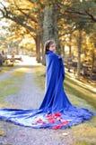 女孩在公墓 免版税库存图片