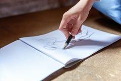 女孩在册页画 免版税库存照片