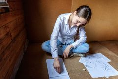 女孩在册页画 图库摄影