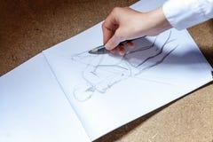 女孩在册页画 免版税库存图片