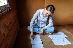 女孩在册页画 免版税图库摄影