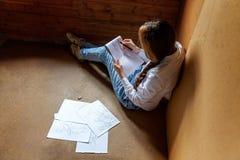 女孩在册页画 库存照片