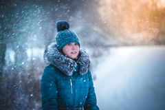 女孩在冬天公园捉住雪花手 33c 1月横向俄国温度ural冬天 免版税库存照片