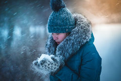 女孩在冬天公园捉住雪花手 33c 1月横向俄国温度ural冬天 库存图片