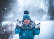 女孩在冬天公园捉住雪花手 33c 1月横向俄国温度ural冬天 库存照片