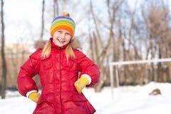 女孩在冬天公园 库存图片