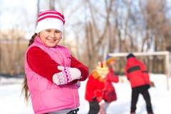 女孩在冬天公园 图库摄影
