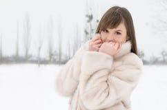 女孩在冬天公园 免版税库存照片