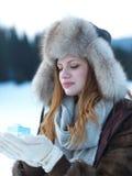 女孩在冬天场面和雪画象有礼物的在backgron的 免版税库存图片