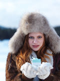 女孩在冬天场面和雪画象有礼物的在backgron的 图库摄影